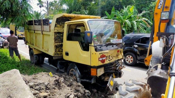 Truk Alami Rem Blong, Sopir Banting Stir Hingga Tabrak Pengawas Proyek di Nagan Raya