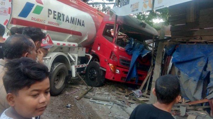 Truk Tanki Pertamina Tabrak Warkop di Simpang Ulim, Dua Orang Luka, Diduga Gara-gara Sopir Mengantuk