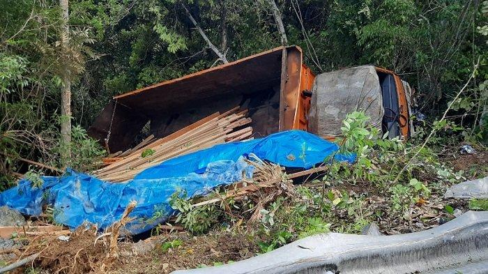 Sopir Diduga Mengantuk, Truk Bermuatan Kayu Olahan Terjun ke Jurang di Gunung Geurutee