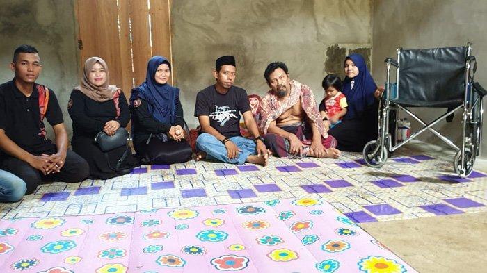 Komunitas Tuantapa Salurkan Kursi Roda untuk Warga Aceh Selatan yang Lumpuh Akibat Terjatuh