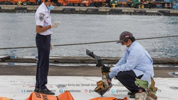 FOTO - Petugas KNKT Periksa Temuan Turbin dan Serpihan Pesawat Sriwijaya Air SJ 182 - turbin-3.jpg
