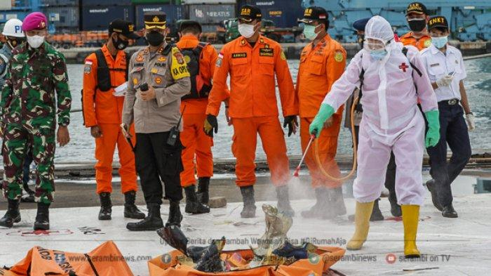 FOTO - Petugas KNKT Periksa Temuan Turbin dan Serpihan Pesawat Sriwijaya Air SJ 182 - turbin-4.jpg