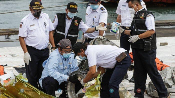 FOTO - Petugas KNKT Periksa Temuan Turbin dan Serpihan Pesawat Sriwijaya Air SJ 182 - turbin-5.jpg
