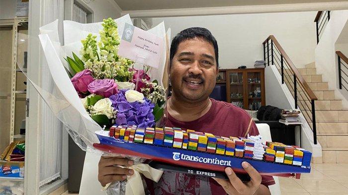 Bos PT Trans Continent, Ismail Rasyid memperlihatkan miniatur kapal kontainer hadiah ulang tahun ke-53, dari putrinya Syifa Aulia, Sabtu 3 Juli 2021.