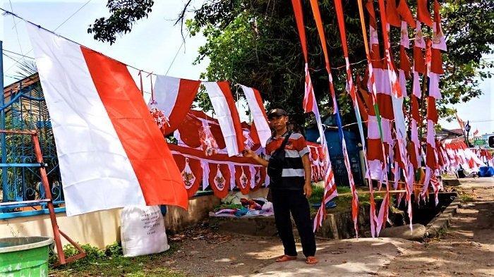 Penjual Bendera dan Umbul-umbul Menjamur di Meulaboh