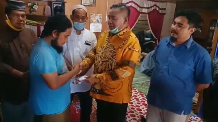 Tiket Umrah dari Airlangga Hartanto dan Pengabdian sang Ustaz untuk Ibunya