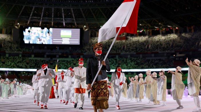 Pengibar bendera Indonesia Rio Waida memimpin delegasi saat mereka berparade dalam upacara pembukaan Olimpiade Tokyo 2020, di Olympics Stadium, di Tokyo, pada 23 Juli 2021.
