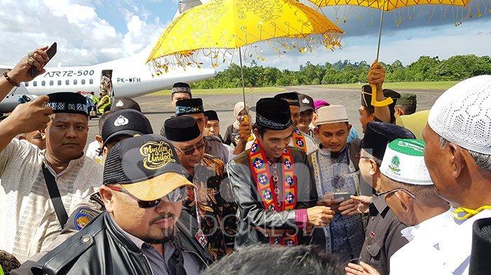 Warga Simeulue Antusias Sambut Ustadz Abdul Somad hingga ke Bandara Lasikin