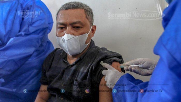 FOTO - Penyuntikan Perdana Vaksin Sinovac Covid-19 Bagi Tenaga Medis dan Unsur Muspika Aceh Besar - vaksin-covid-19-kepada-wakil-ketua-dprkbahtiar.jpg