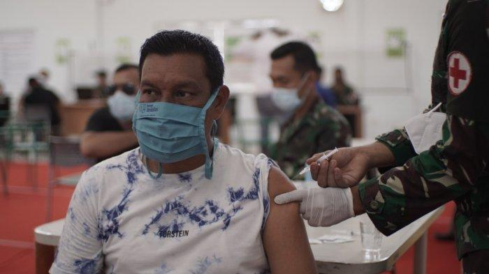 Masyarakat sedang di vaksin di kegiatan vaksinasi gelombang kedua di SBA, kerjasama PT Solusi Bangun Andalas bersama Kodim 0101/BS, 22 Juli 2021.