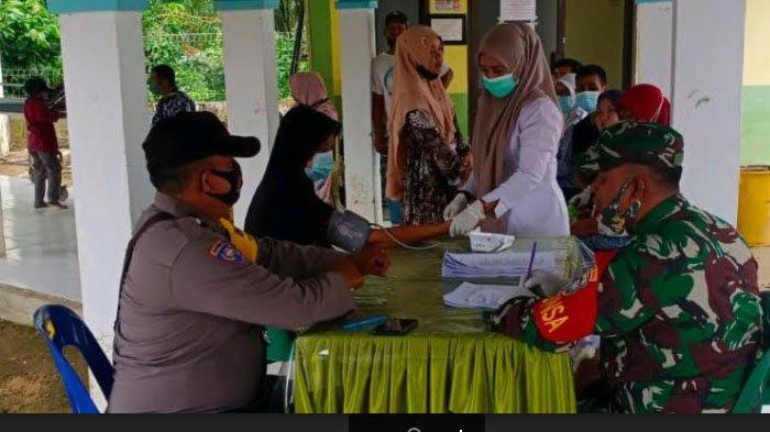 Babinsa dan Bhabinkamtibmas Dampingi Vaksinasi Massal di Puskesmas Ranto Peureulak