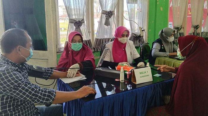 Warga Aceh Singkil Ramai-ramai Datang Ke Puskesmas Untuk Disuntik Vaksin Covid-19
