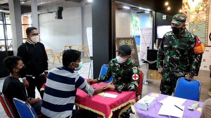 Tinjau Vaksinasi Covid-19 di Lapangan Blang Padang, Dandim Aceh Besar Ingatkan Tentang Kerumunan