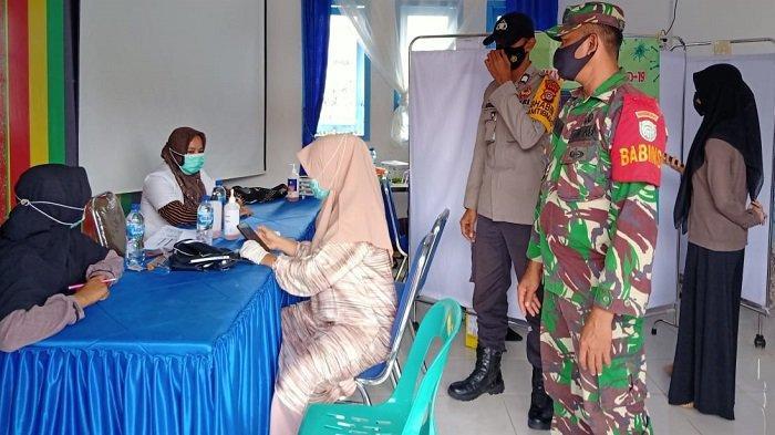 Babinsa Kodim 0107/Asel Pantau Vaksinasi Massal Serentak di Aceh Selatan