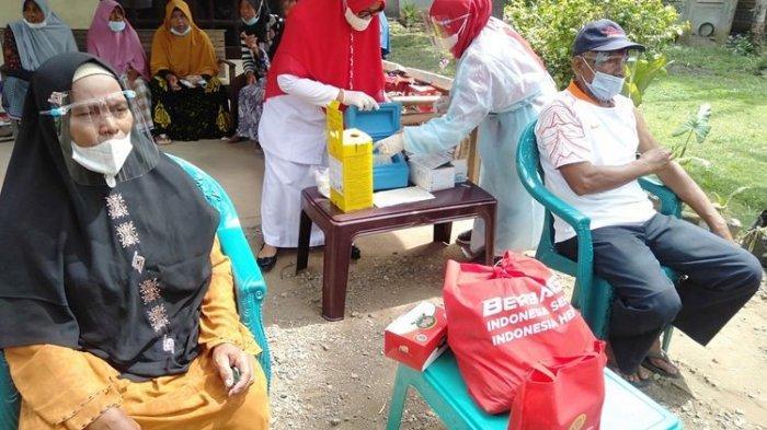 Bukhari (bertopi), warga desa Bueng Bak Jok, Kecamatan Kuta Baro, Kabupaten Aceh Besar, mengikuti vaksinasi dari pintu ke pintu, Kamis (16/9/2021).