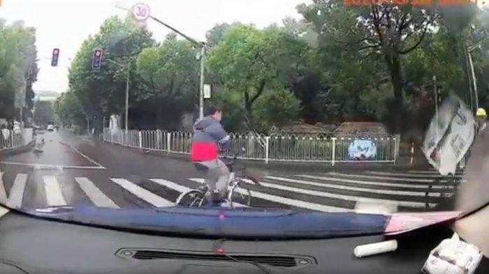 Video Viral - Pria Terseret dan Masuk ke Gerobak Becak Akibat Tabrakan, Netizen Malah Tertawa