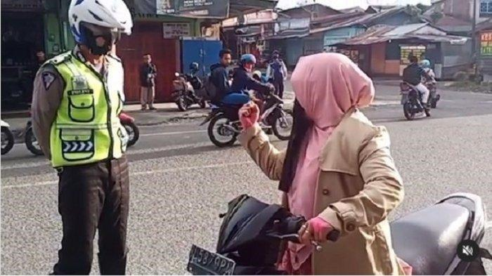 Polisi Cari Wanita Tak Berhelm dan Teriakan Takbir