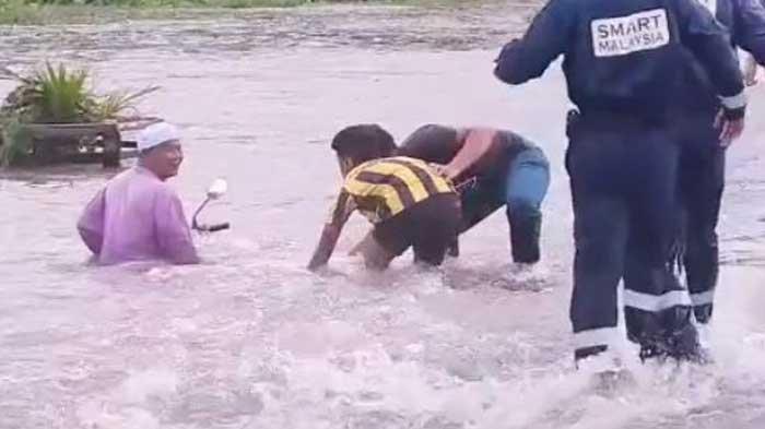 VIRAL Kakek Pegang Erat Motor Tuanya yang Terbawa Banjir, Jatuh Saat Melintas dan Dibantu Relawan