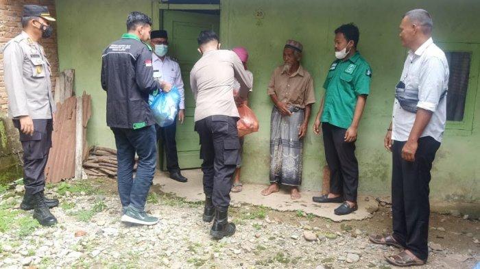 Viral, Pasutri Lansia Kutip Cabai Jatuh di Pasar Blangpidie, Wabup dan Kapolres Serahkan Sembako