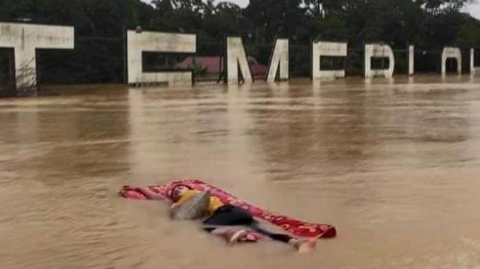 VIRAL Pemuda Tidur dan Terbawa Banjir di Atas Kasur, Sebut Seperti Momen Kapal Titanic