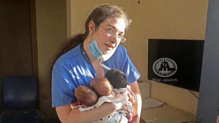 Viral Perawat Gendong 3 Bayi & Tetap Terima Telepon di Antara Puing Kaca Ledakan di Beirut Lebanon