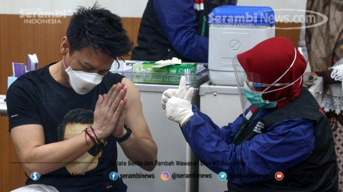 FOTO - Ariel Noah Disuntik Vaksin Covid-19 Tahap 2 di RSKIA Kota Bandung - vokalis-band-noah-nazril-irham-2.jpg