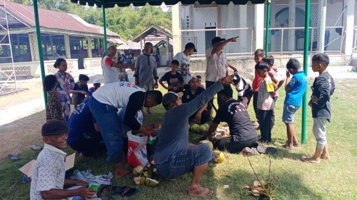 Warga Gampong Waido, Kecamatan Peukan Baro, Pidie melakukan kerja bakti membersihkan meunasah jelang Hari Raya Idul Adha 1442 Hijriah, Minggu (18/7/2021). Turut Hadir Camat Peukan Baro.