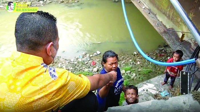Wakil Gubernur Sumatera Utara (Sumut), Musa Rajekshah menyerahkan uang kepada satu keluarga yang tinggal di kolong jembatan Sei Deli, Medan.