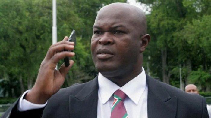 Wakil Presiden Suriname Bermain Sepak Bola internasional Bersama Klub dan Putranya Sendiri