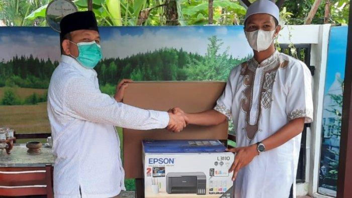 Marzuki Hamid Serahkan Bantuan Komputer ke Dayah Futuhul Mu'arif Aziziyah Furu' Tsani Langsa