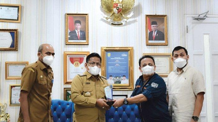 Aminullah Terima Penghargaan dari The Aceh Post