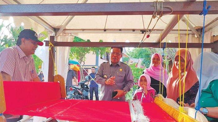 Aminullah Bagi Hadiah di Anjungan Banda Aceh