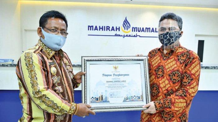 Wali Kota Serahkan Penghargaan untuk Kepala BI Aceh