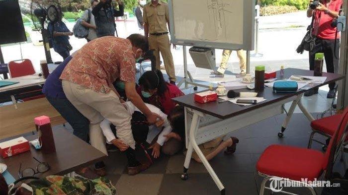 Aksi Sujud Risma di Hadapan Dokter Viral di Medsos, Warganet Sarankan Wali Kota Surabaya Mundur