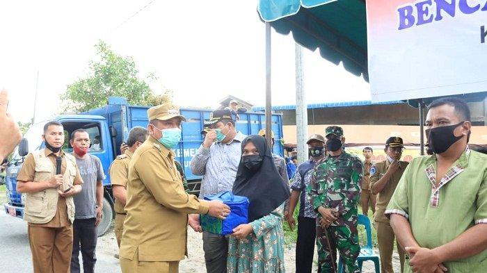 Wali Kota Subulussalam Affan Bintang Serahkan Bantuan Tanggap Darurat untuk Korban Puting Beliung