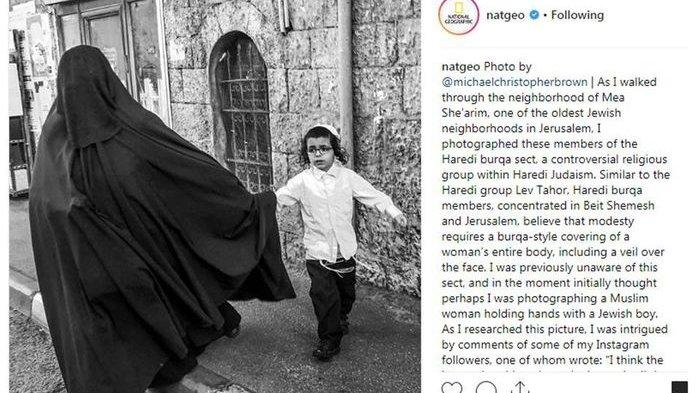 Fakta Dibalik Foto Wanita yang Mengenakan Burka Gandeng Bocah Yahudi