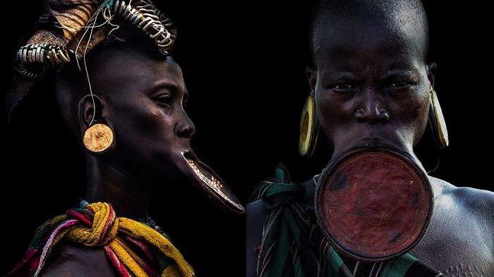Pakai Lempengan Tanah Liat di Bibir, Berikut Foto-foto Mempesona Wanita Suku Mursi di Etiopia