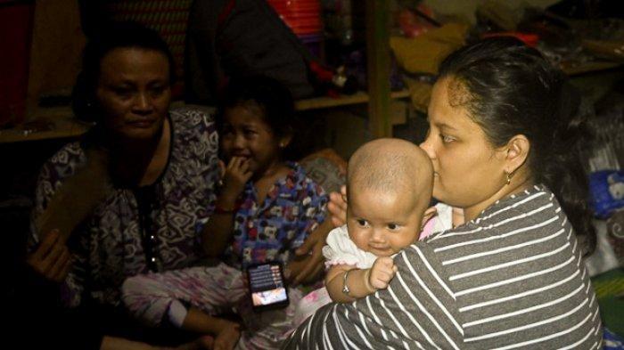 FOTO - Kondisi Kerusakan Akibat Gempa 6,2 SR di Sulawesi, Korban Meninggal Mencapai 56 Orang - warga-beristirahat-di-tempat-penampungan.jpg