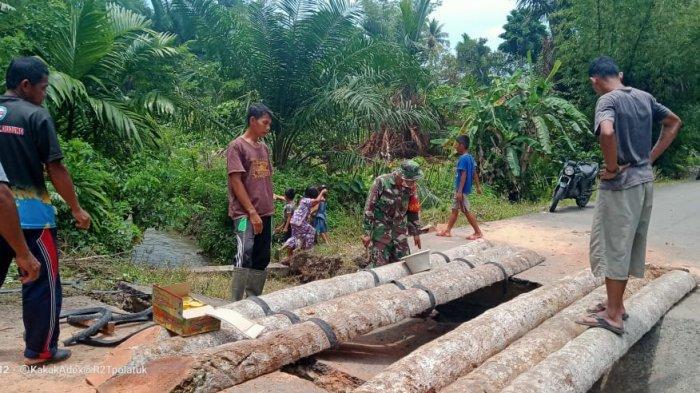 Warga Simeulue Cut Gotong Royong Buat Jembatan Darurat Akibat Jalan Amblas