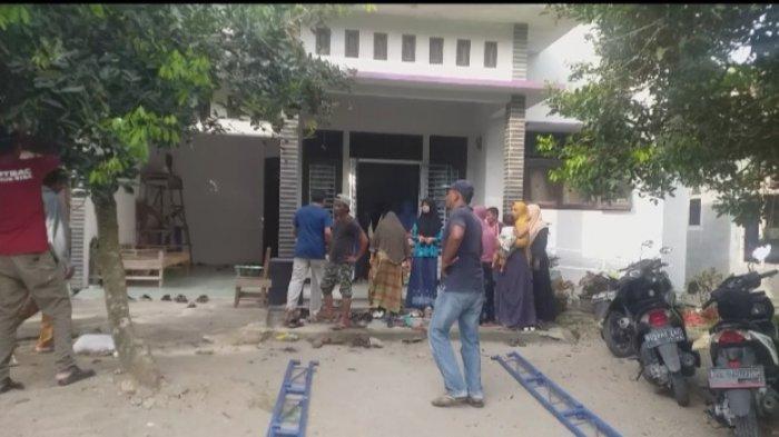 Belasan warga sedang berada di rumah orang tua balita yang meninggal tenggelam di saluran irigasi.