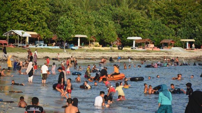 Warga Padati Pantai Lhok Bubon Pada Hari Tahun Baru
