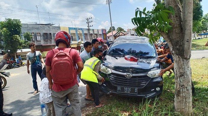 Sopir Mengantuk, Xenia Angkut Balita Hantam Trotoar dan Terguling di Aceh Tamiang