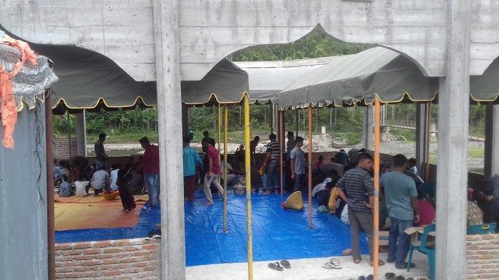 Meunasah Rusak Dihantam Banjir, Warga Tangse Pidie, Makan Kenduri Maulid di Tenda