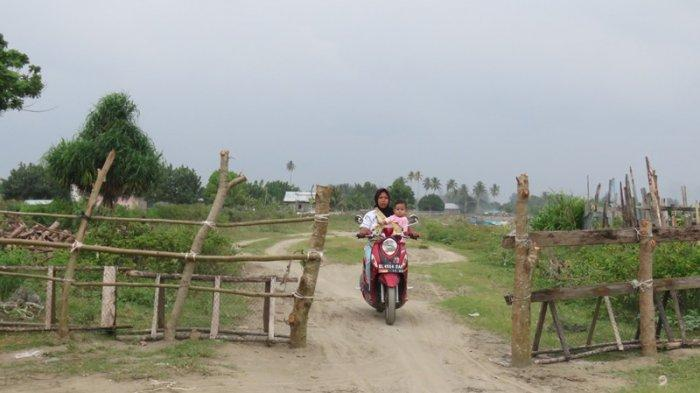 Aksi Seorang Warga Pagari Jalan di Padang Seurahet Aceh Barat Berlanjut