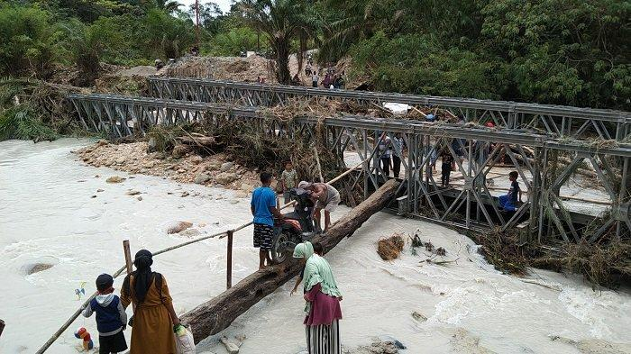 Jembatan di Aceh Singkil Hanyut, Warga Gotong Sepmor Demi Bisa ke Kampung