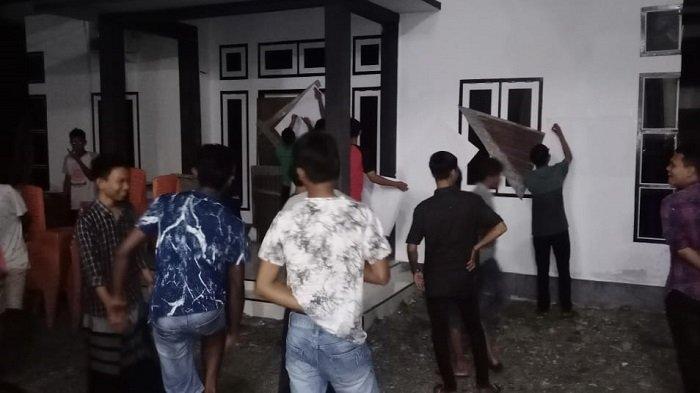 Selesai Rapat LPJ di Meunasah, Warga Segel Kantor Keuchik