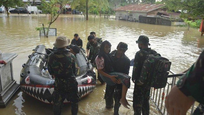 Sebagian Warga Korban Banjir Masih Terjebak, TNI AL Evakuasi Korban Banjir di Lhoksukon