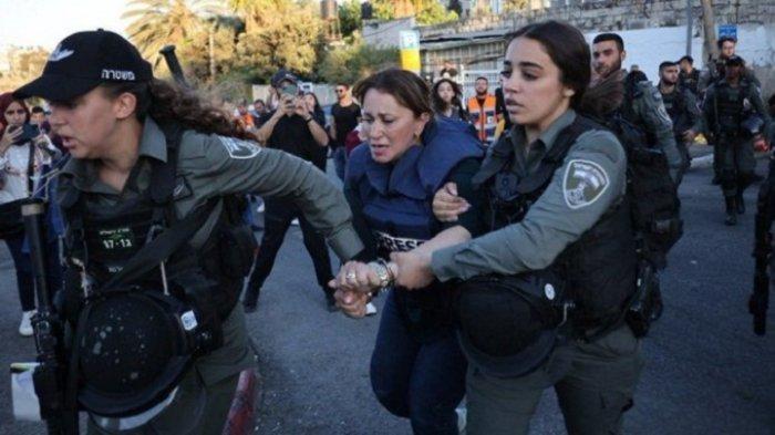 Wartawan wanita Al Jazeera, Givara Budeiri, saat ditangkap oleh polisi Israel di Jerusalem Timur.
