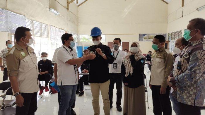 Win Bernadino, Head of External Relation SBA menyerahkan alat pelindung diri berupa helm, kacamata, sepatu safety dan lain-lain kepada perwakilan peserta magang di saksikan oleh Bapak Aswar, S.Hut., MAP, Kabid. Pelatihan Kerja dan Penempatan Tenaga Kerja Disnakermobduk Prov. Aceh, Bapak Tafaul Rijal, GA & Comrel Manager SBA, Ketua FKJP Aceh, H. Jamaluddin Jamil, ST., MM., H. Ramli, SE., Ketua Apindo Prov. Aceh, Perwakilan Kadin Aceh dan seluruh peserta magang.