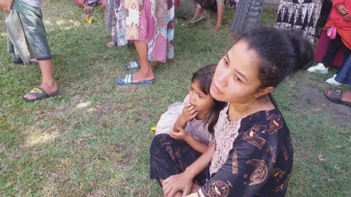 Yuni dan Anaknya Hanya Pasrah Melihat Kondisi Rumah Mereka yang Ludes Dilalap Api